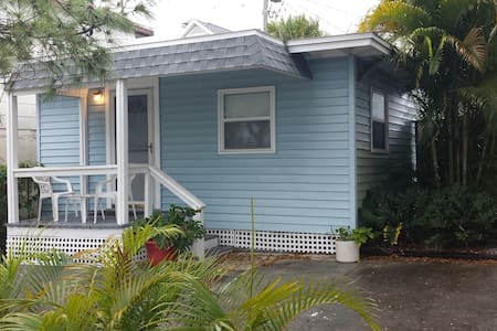 Charming 1BR on Beach w Sand Dunes - Indian Rocks Beach - House