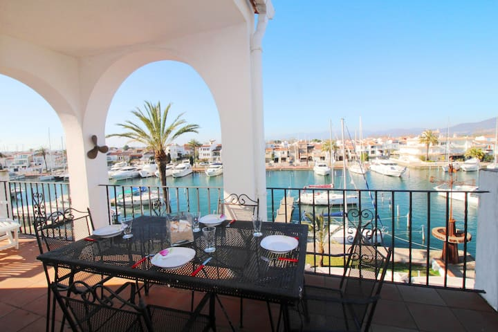Comely Holiday Home in Empuriabrava with Barbecue
