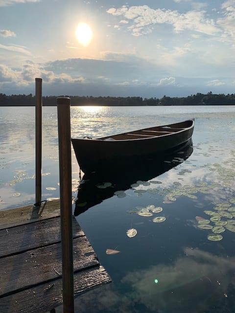 Historic log cabin hideaway on quiet clean lake