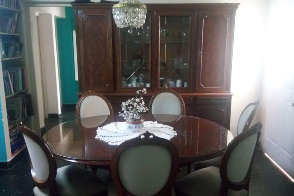 Living comedor con cristalero, 9 sillas