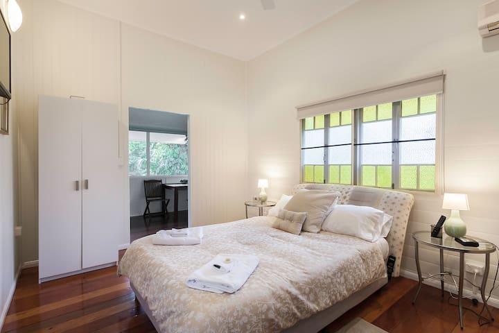 Bedroom 5 :  KIng bed   Upstairs
