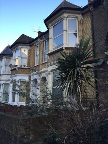 HUGE room in Hackney townhouse - London - House