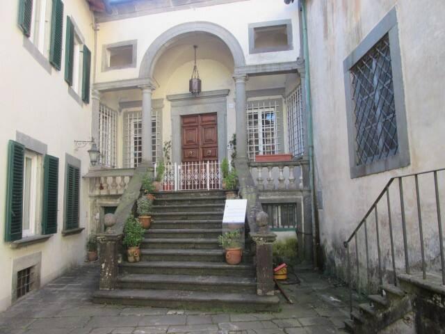 ingresso storica villa mansi adiacente al palazzo