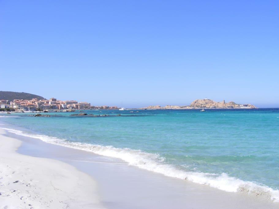 Magnifique plage de sable blanc, eau turquoise en plein centre d'Ile Rousse accessible à pied depuis votre logement.