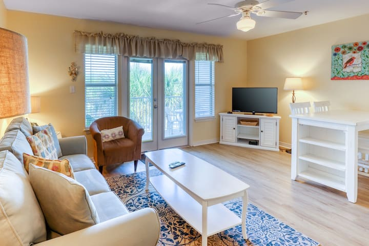 Bright & cozy coastal condo w/ a shared pool, hot tub, & easy beach access