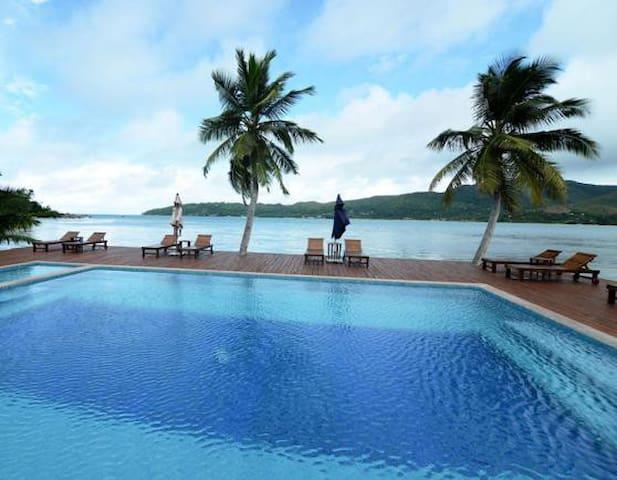 2 bedroom Beach front Bungalow - Praslin Island - Faház