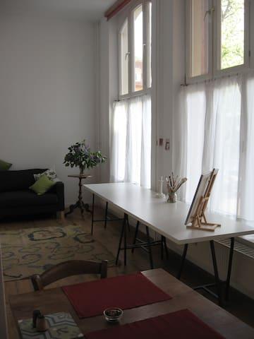 Ein großer, entspannender Raum zum Arbeiten und Wohnen