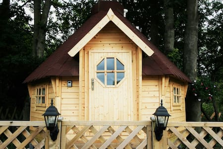Quirky and romantic Chestnut Cabin in York