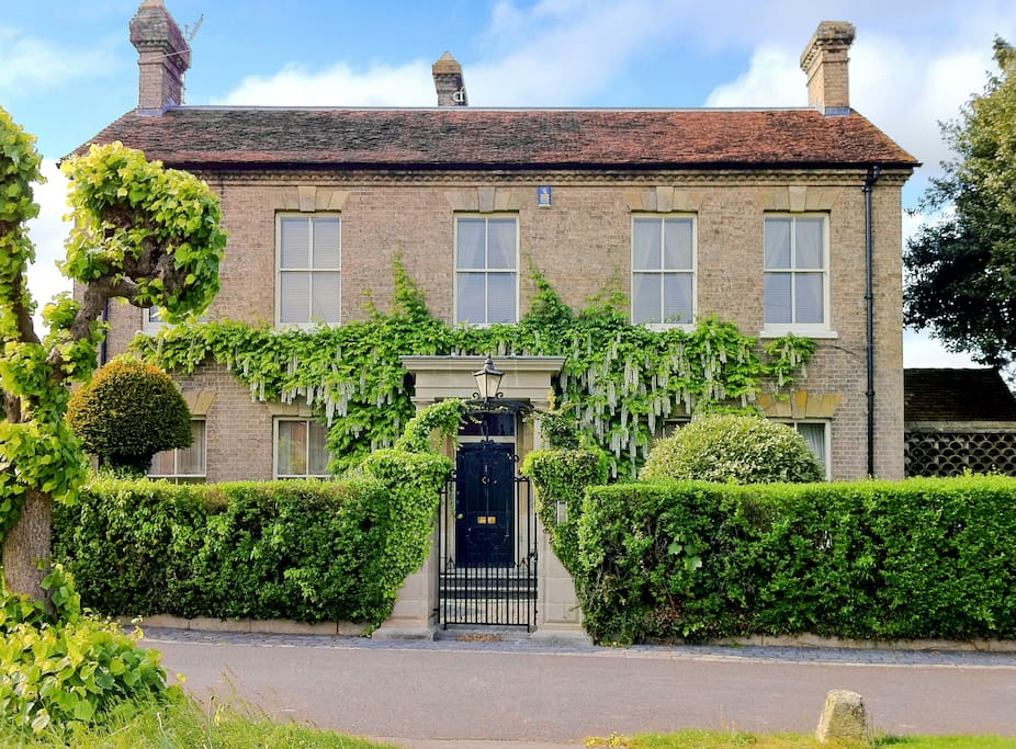 This is the main house. The apartments private entrance is located to the left of the main house. The main house is located in Kingsbury Square which is right in the centre of the very pretty market town, Wilton. 4 miles from Salisbury city centre.