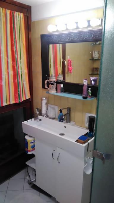 bagno con lavandino e finestra