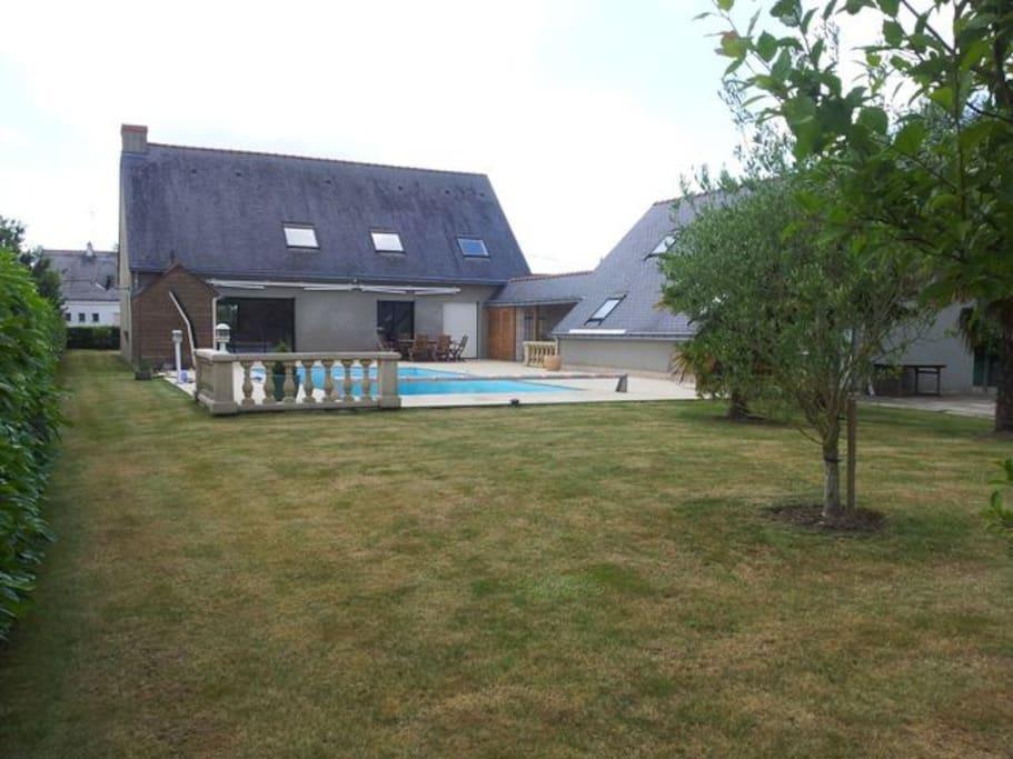 Maison principale et maison des invités formant l isolement de la piscine