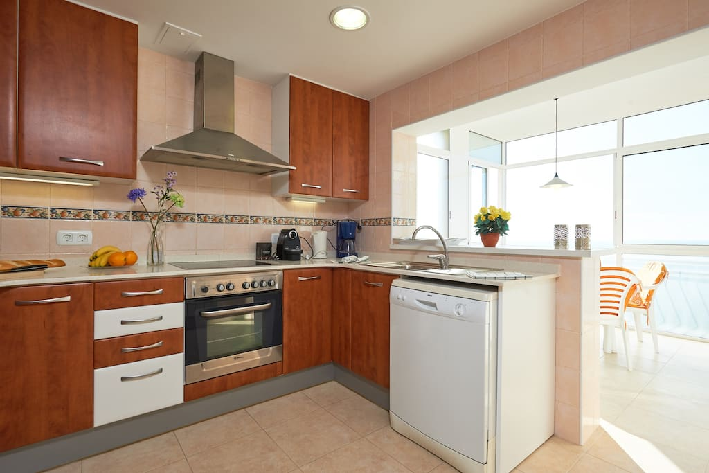 ruime keuken, inclusief afwasmachine en andere apparatuur, nespresso koffiemachine.