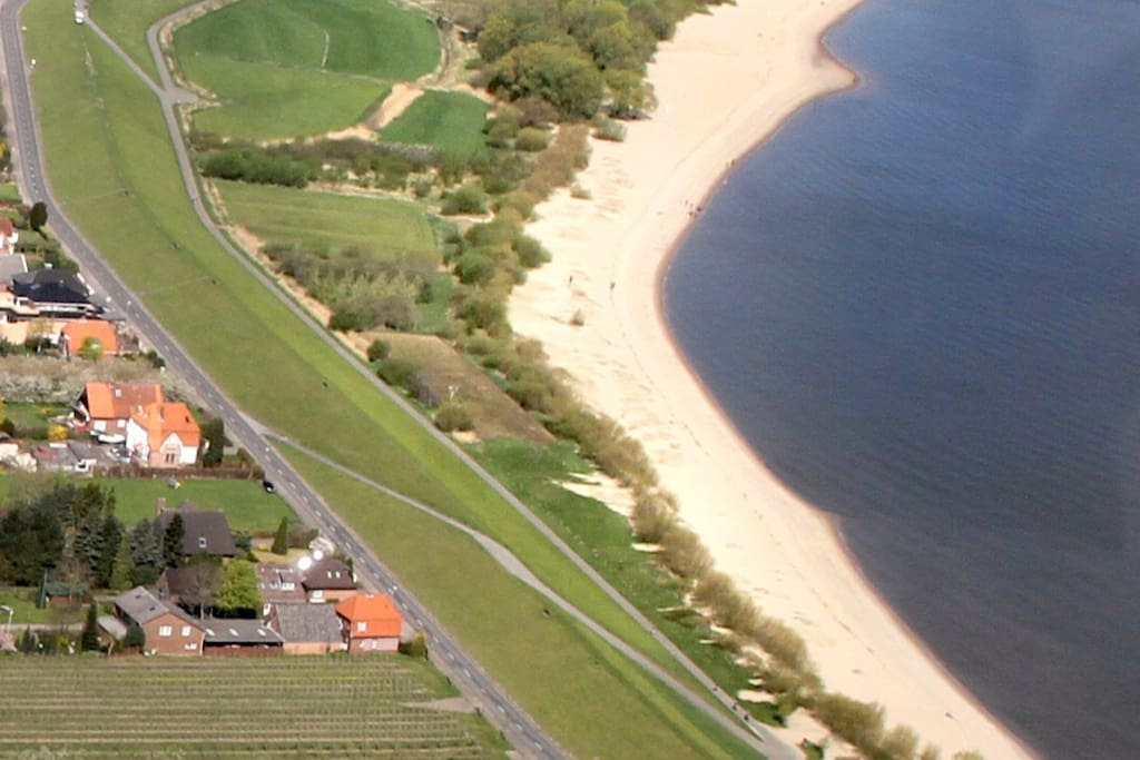 ca. 2 km weisser sauberer Elbestrand.