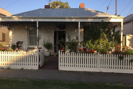 Cosy cottage by the sea - Williamstown - Talo