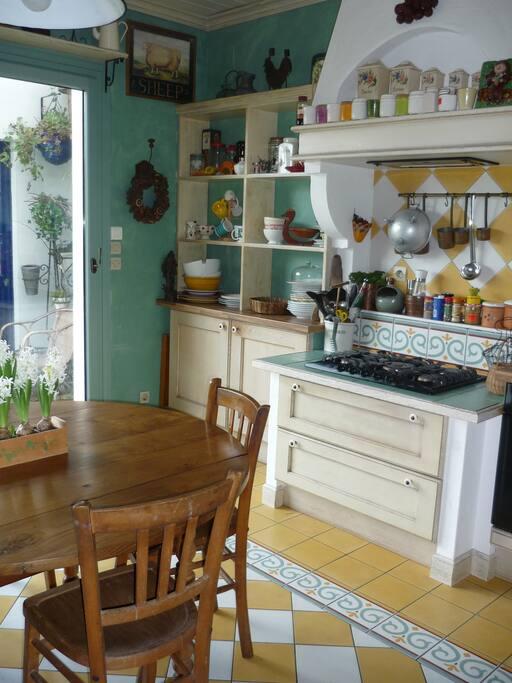 cuisine de plein pied avec la terrasse et le jardin