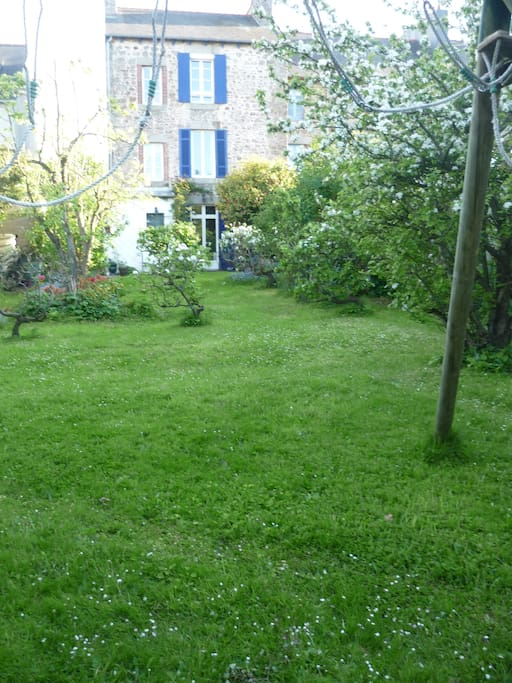 à l'arrière de la maison, jardin clos et arboré, sans vis-à-vis, tranquille