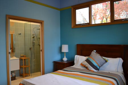 Blue Room & private bathroom in Colourful House