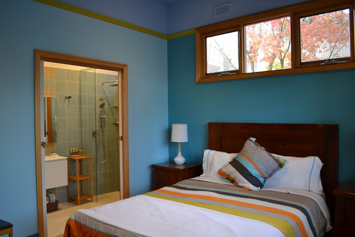 Blue Room, En-suite near huge River Parkland.