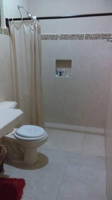 Baño con su lavabo y ducha