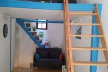 Grande pièce du 2ième étage, vue sur le petit salon et la mezzanine.
