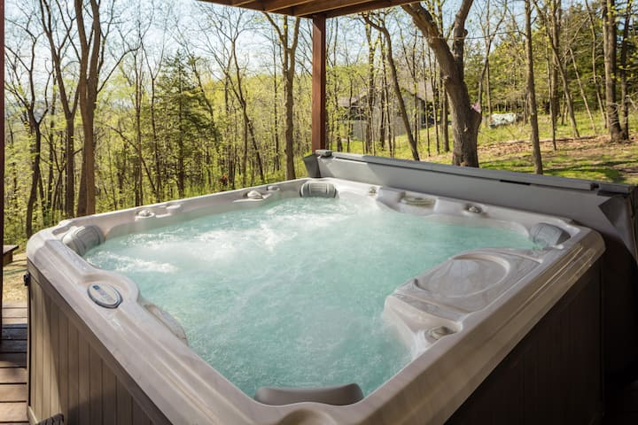 Westview ~Outdoor Hot Tub ~ Pool Table ~ Flat Screen TVs ~ 2 Fireplaces