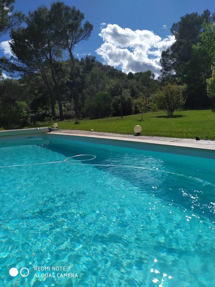 Villa proche Aix en Provence et au pied du Luberon