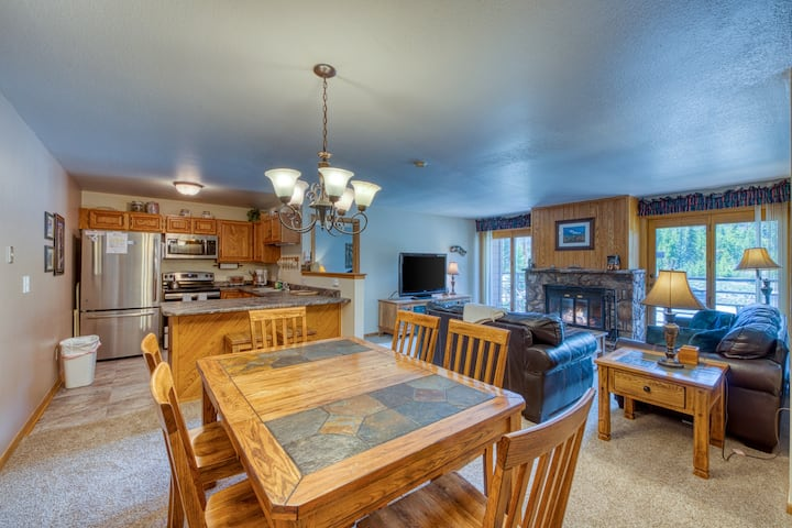 Cozy condo with shared pool, hot tub, gym, and game room - close to skiing