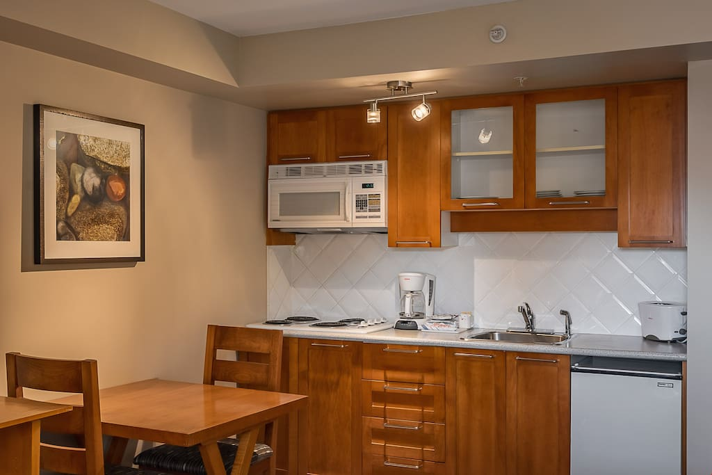 Prepare snacks and meals in the kitchenette and enjoy them at the dining table.