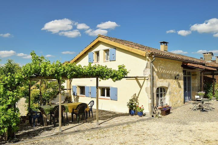 Quaint Cottage in Saint-Eutrope-de-Born with Swimming Pool