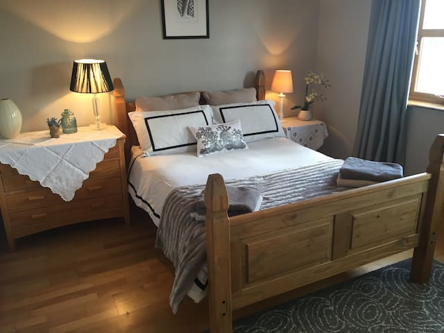 Bright Double Room in Dingle Central