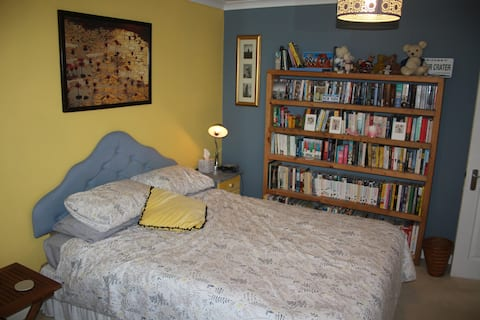 Spacious modern king-size room in central Dawlish