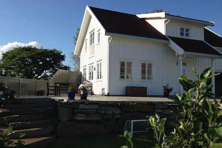 Koselig hus ved sjøen, brygge i hagen, 120kvm - Arendal - 独立屋