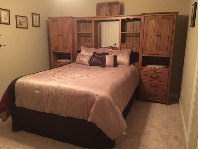 Amazing Room-Queen Bed in Quiet, Safe Neighborhood
