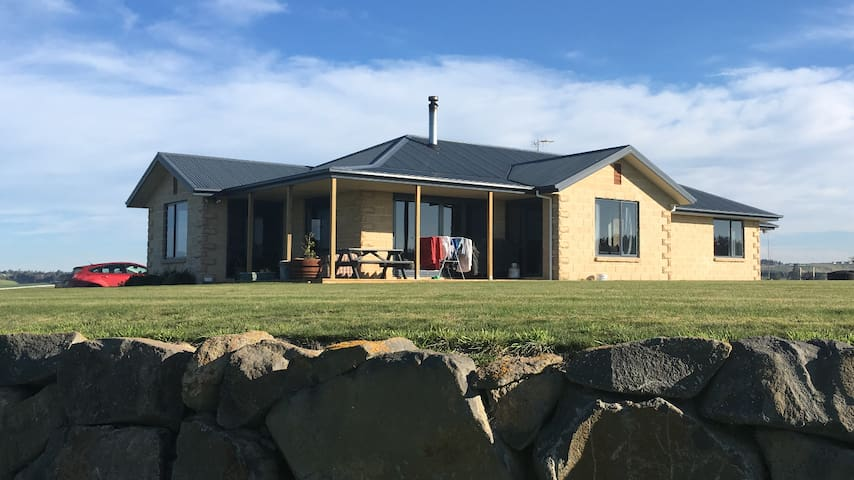 Rosewill rural retreat, minutes from town