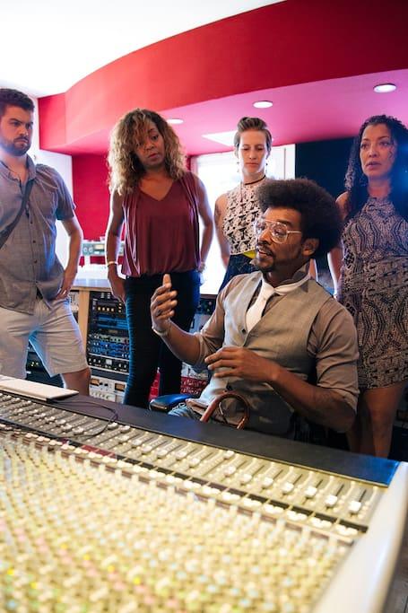 레코드 프로듀서와 스튜디오 방문하기