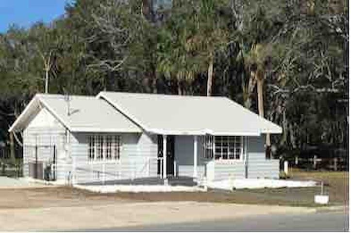 Historic Oversized Bungalow, private, comfortable
