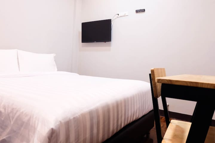 LUX ROOMS NIGHT BAZAAR: Double Bed Internal Window