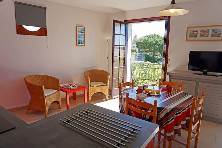 Interieur de l'appartement, le salon donnant sur balcon face à la grande plage de Saint Georges de Didonne