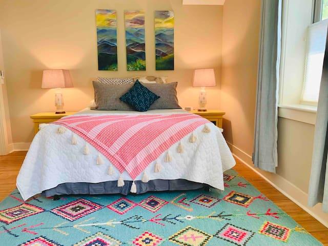 AVL URBAN GETAWAY: Beautiful 2 Bedroom Suite