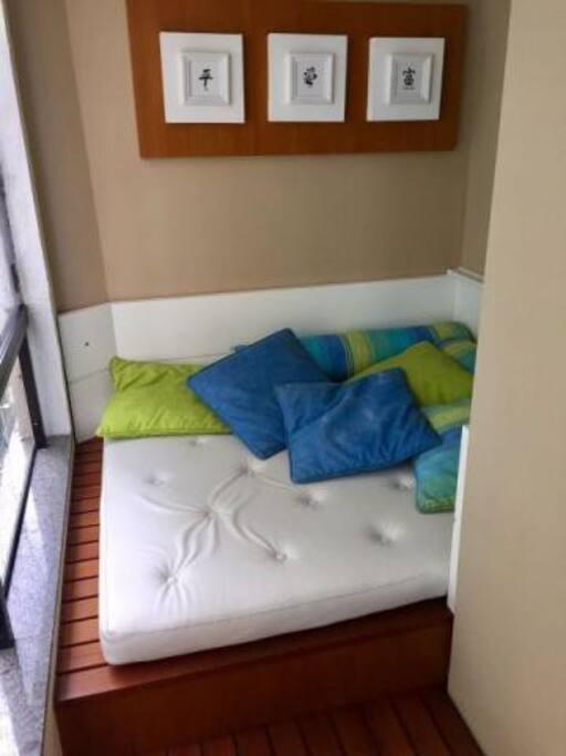 espaço com um colchão para relaxar