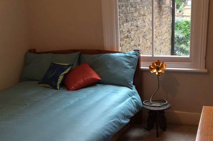 Colourful double room in Camberwell