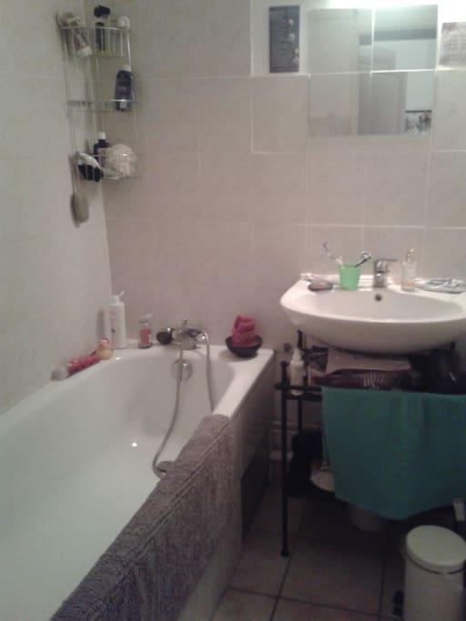 La salle de bain avec baignoire!