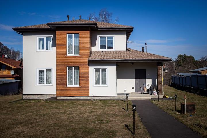 Новый дом на берегу реки