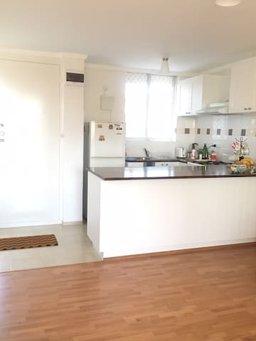 Queen bed near cbd - Bayswater - Apartamento