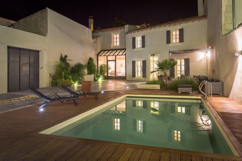La maison de nuit avec sa piscine