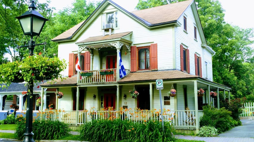Gorgeous 1847 home, Gold Room, walk to restaurants