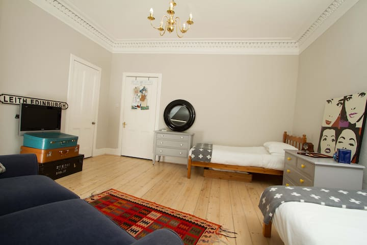 Large, bright twin room  - Edinburgh - Flat
