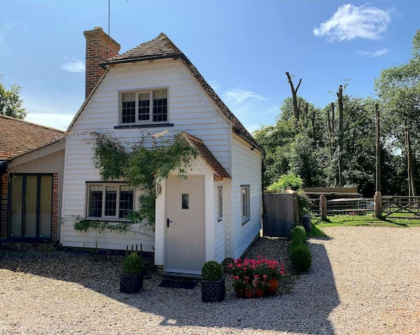 Cosy Cottage with Woodburner & Countryside Views.