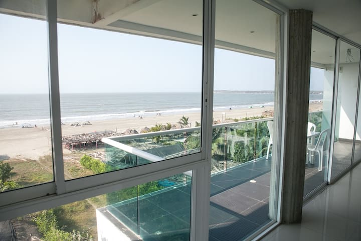 401 On the beach+2100 sq ft +3 BR w/AC +360º Views