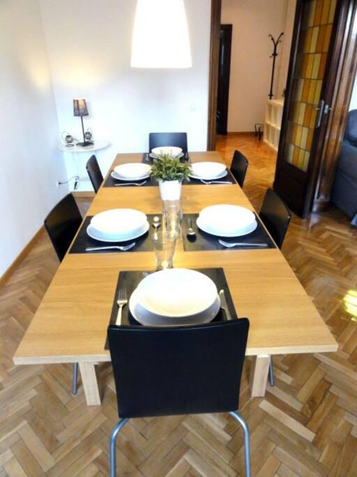 Matbord och porslin för 8 gäster.